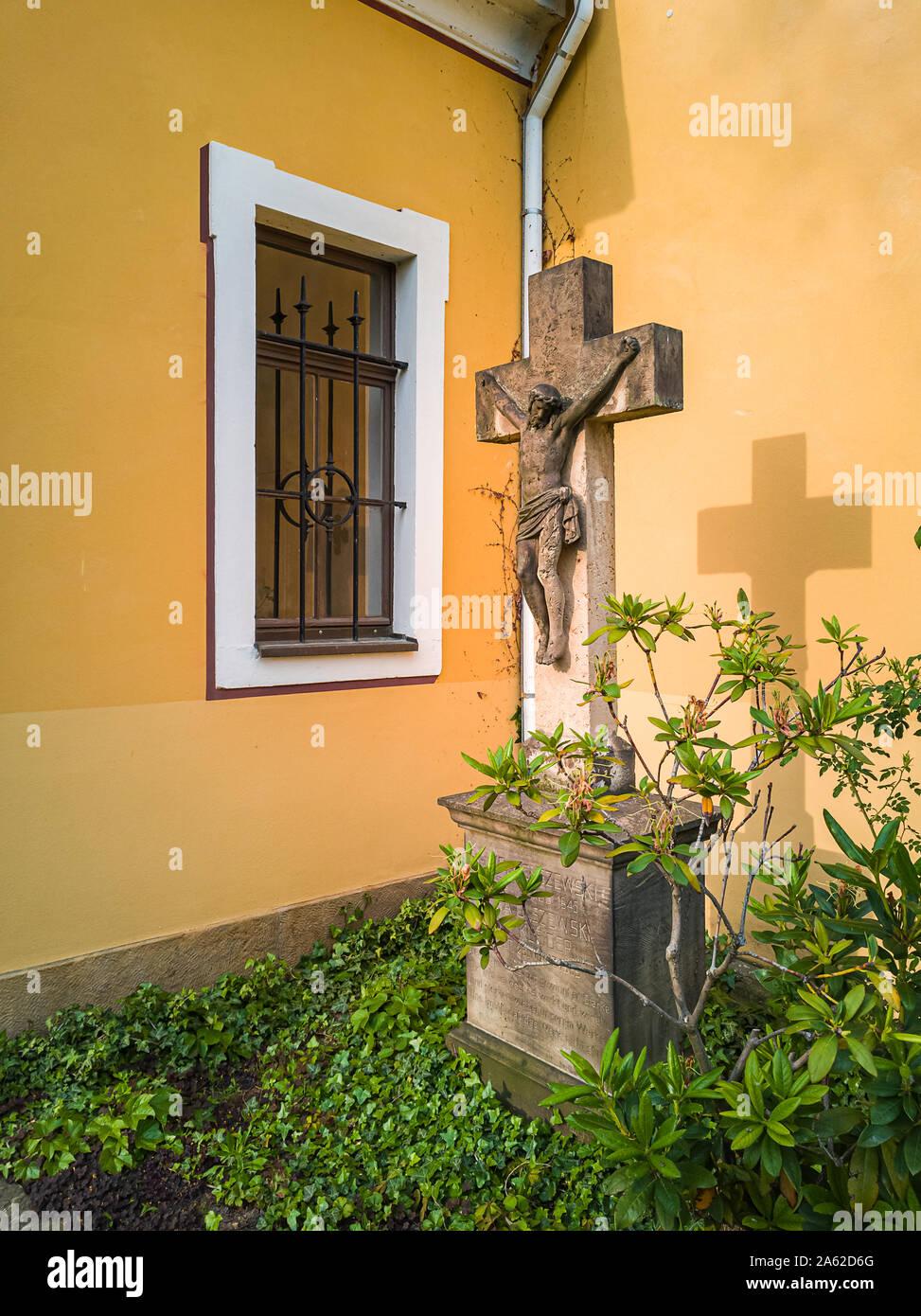 Stein Kruzifix und Skulptur im Kirchhof der Kirche Maria am Wasser (Maria von der Gewässer) in Hosterwitz, Dresden, Sachsen, Deutschland. Stockfoto