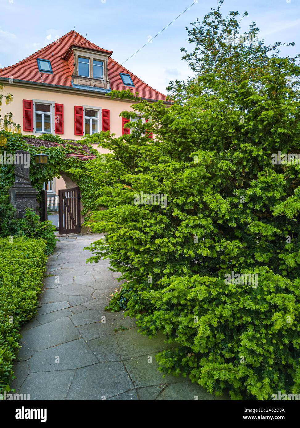 Dresden, Sachsen, Deutschland - Mai 24, 2019: Blick auf das Pfarrhaus der Kirche Maria am Wasser in Hosterwitz, Dresden, Sachsen, Deutschland. Stockfoto