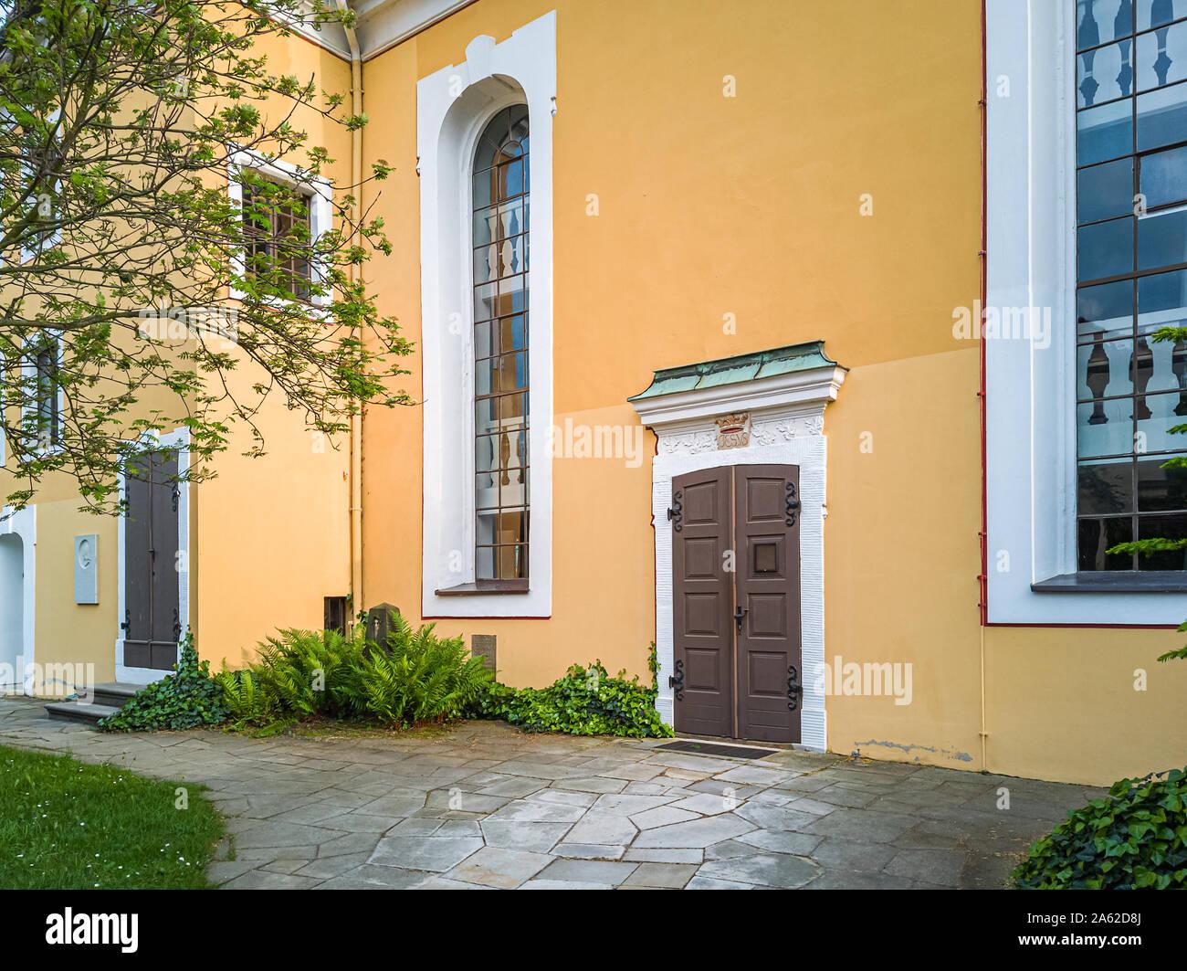 Außenfassade und Eingang der Kirche Maria am Wasser (Maria von der Gewässer) in Hosterwitz, Dresden, Sachsen, Deutschland. Stockfoto