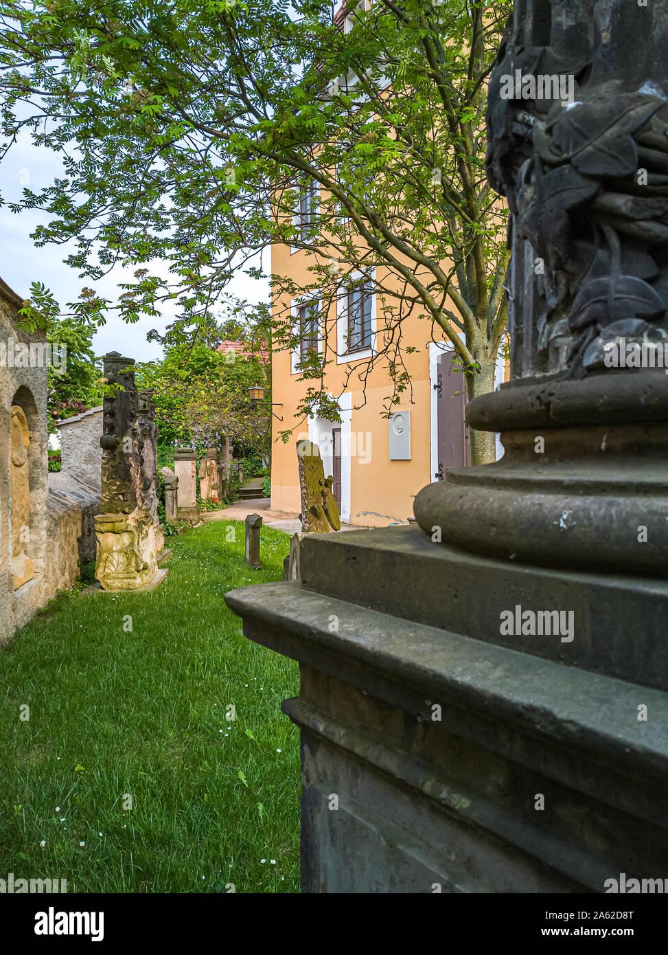 Ansicht zwischen Gräber auf dem Friedhof der Kirche Maria am Wasser (Maria von der Gewässer) in Hosterwitz Dresden, Deutschland. Stockfoto