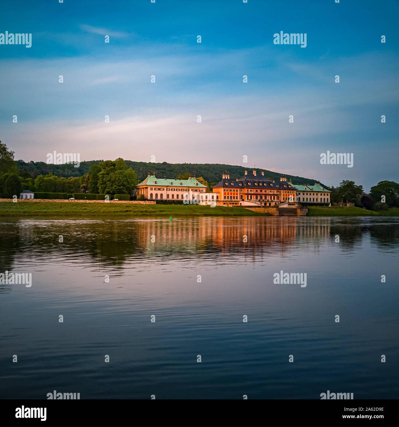 Dresden, Sachsen, Deutschland - 24. Mai 2019: Schloss Pillnitz in das Licht der untergehenden Sonne in Dresden, Sachsen, Deutschland. Stockfoto
