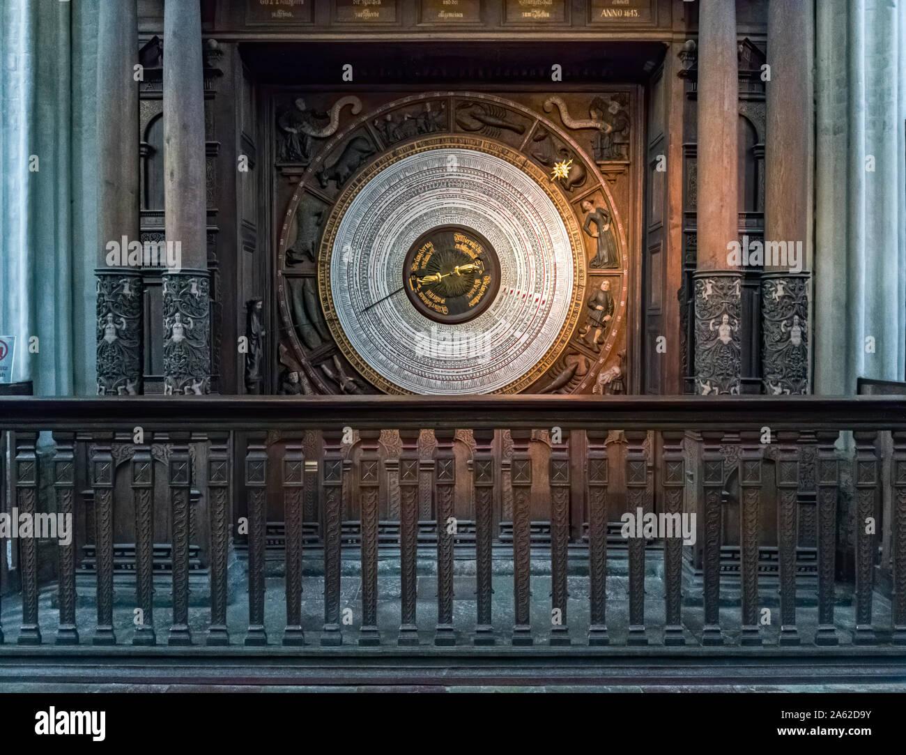 Ansicht des calenderium der Astronomischen Uhr des Marianischen Kirche der Hansestadt Rostock, Deutschland. Stockfoto