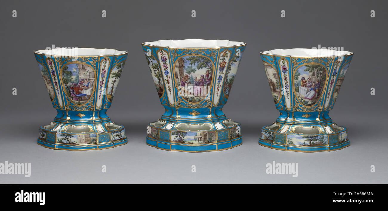 Vase, 1761, Sèvres Porzellan Manufaktur, Französisch, gegründet 1740, durch Louis-Jean Thévenet, aktive 1741/45-1777, Sèvres, weiche Hartporzellan, mehrfarbigen Emaillen, Vergoldung, 19 Lackiert Stockfoto