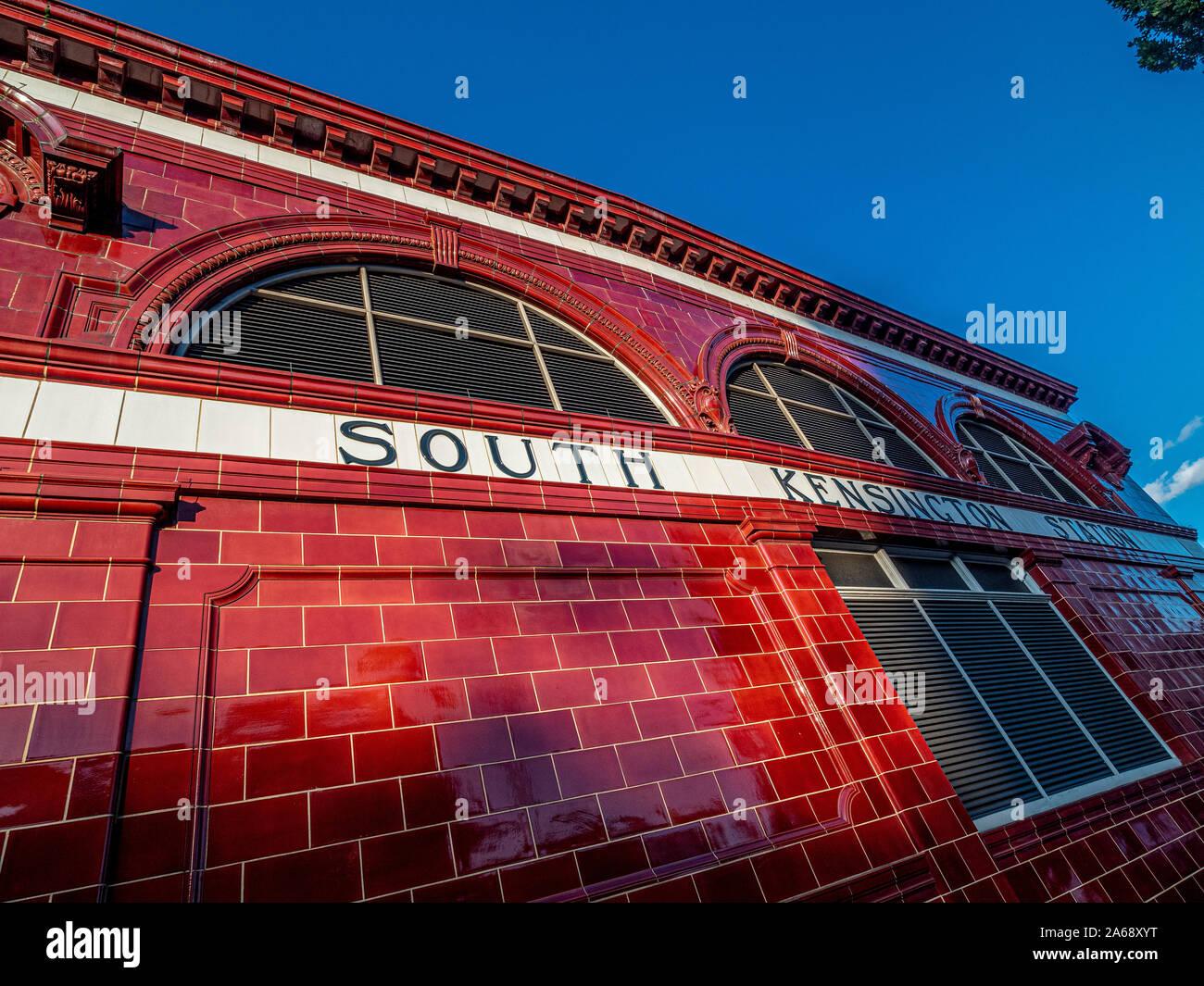 Rot gefliestem Äußere der U-Bahn-Station South Kensington, London, Großbritannien. Stockfoto
