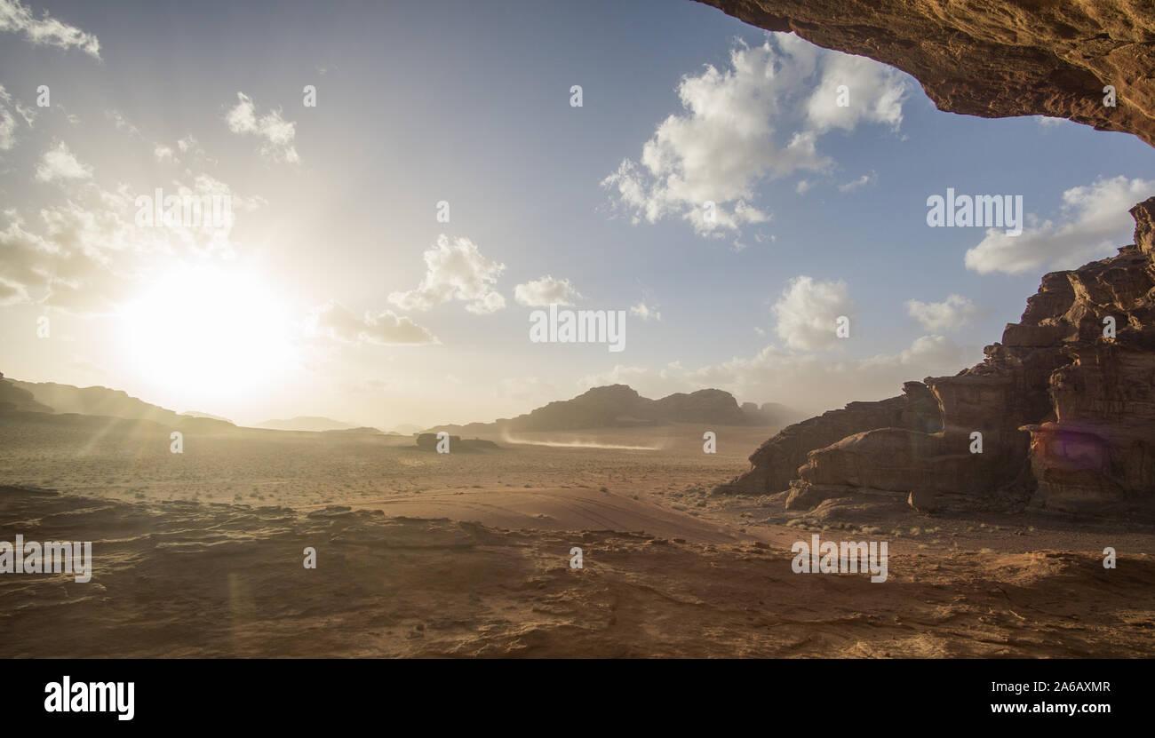 Sonnenuntergang in der jordanischen Wüste des Wadi Rum, diese atemberaubende Sonnenuntergang wirklich dich umhauen. Das beeindruckend zu sehen, wie die Sonne verschwindet Stockfoto