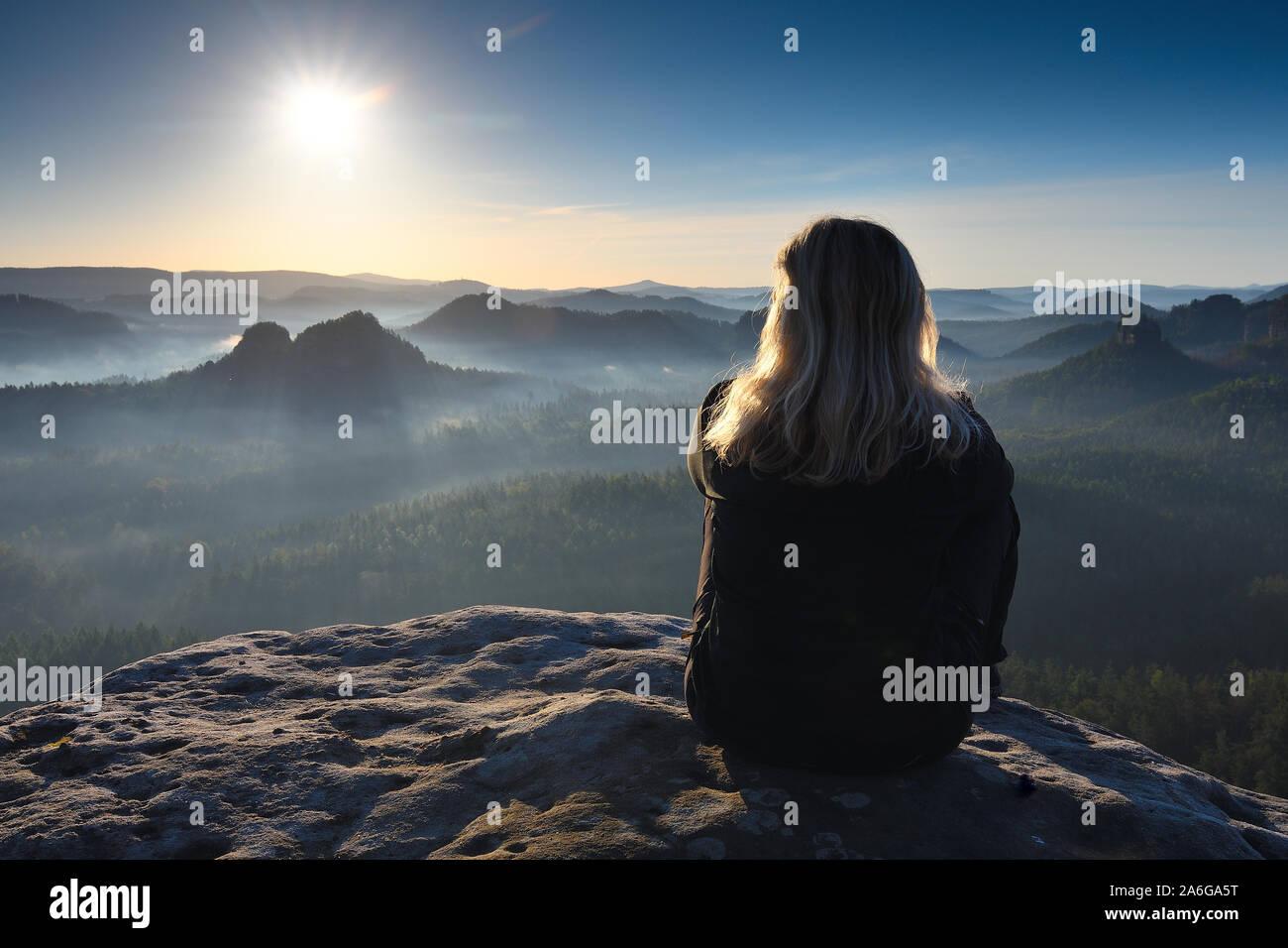 Schöne unabhängige blonde Frau Wanderer allein erkunden imountains Stockfoto