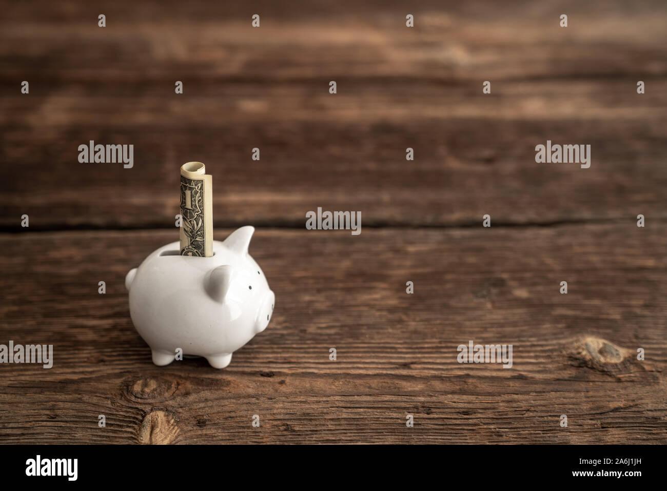 Sparen Sie Geld im Sparschwein, eine Metapher für die Wirtschaft. Stockfoto
