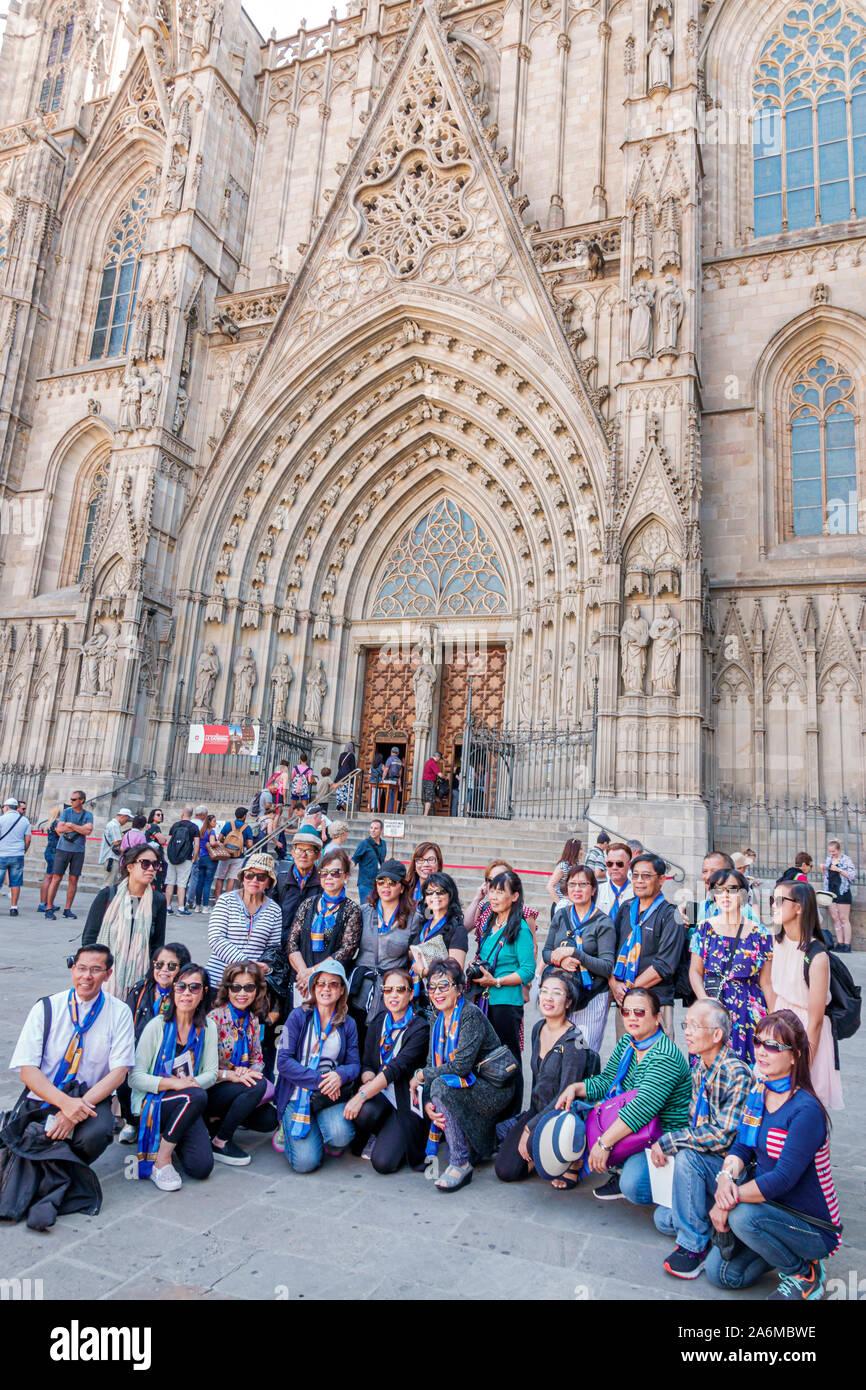 Spanien Barcelona Katalonien Catalunya Ciutat Vella Historisches Zentrum Gotisches Viertel Kathedrale des Heiligen Kreuzes und Sankt Eulalia Gotische Römisch-Katholische Kathedrale Hauptportal Eingang Asian man Woman Gruppenfoto Posing Spanish Europe EU Eurozone Stockfoto