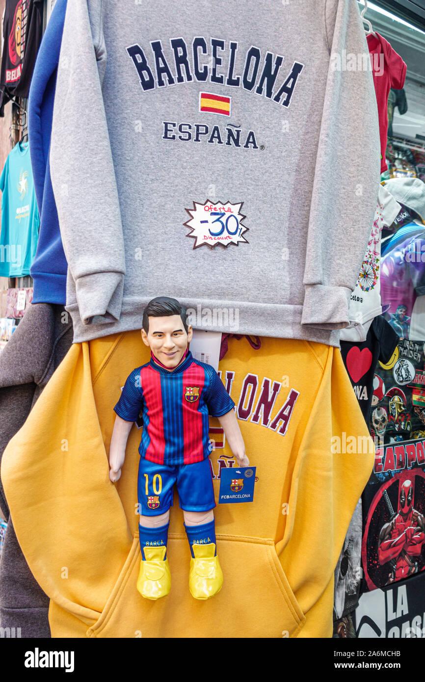 Spanien Barcelona Katalonien Catalunya Ciutat Vella Historisches Zentrum Gotisches Viertel Souvenirladen Shop Sweatshirts Barco futbol Sportteam lizenzierte Merchandise-Puppe Lionel Messi #10 # Shopping Spanien Europa EU Eurozone Stockfoto