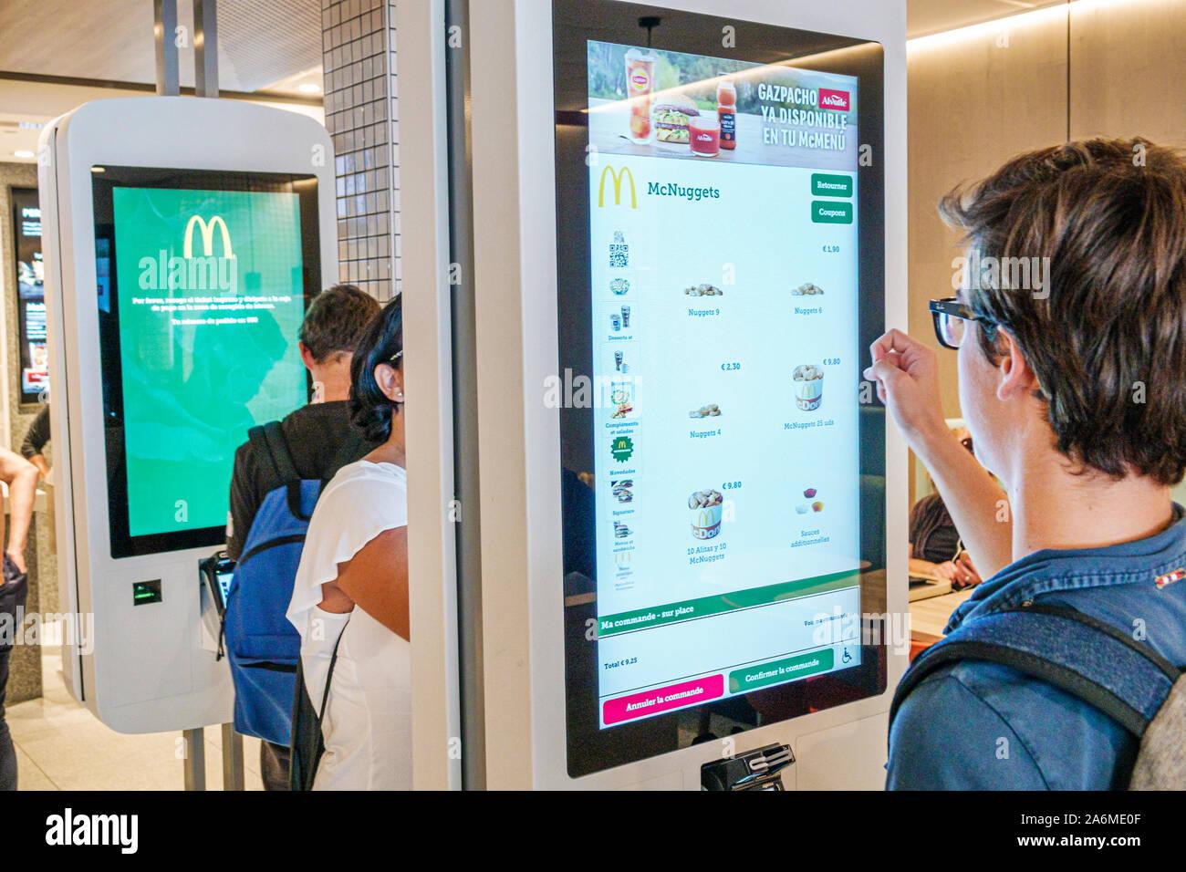 Spanien Barcelona Katalonien Catalunya Plaza de Francesc Macia McDonald's Restaurant Fast Food im Inneren Touchscreen Self-Service Bestellung Kiosk Junge Teenager Spanisch Europa EU Eurozone Stockfoto