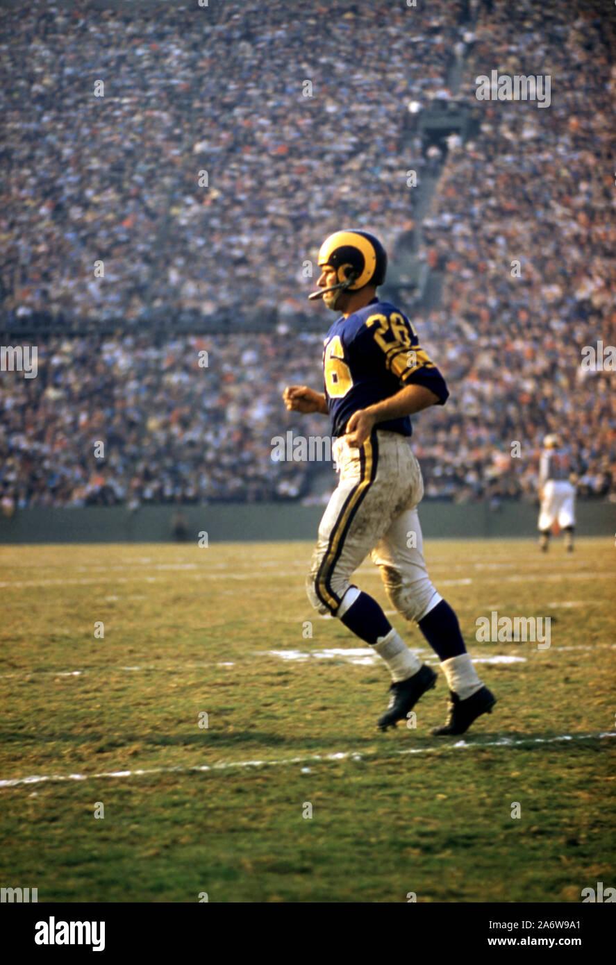 LOS ANGELES, Ca - 10. NOVEMBER: Jon Arnet #26 der Los Angeles Rams läuft aus dem Feld während ein NFL Spiel gegen die San Francisco 49ers am 10. November 1957 auf der Los Angeles Memorial Coliseum Los Angeles, Kalifornien. (Foto von Hy Peskin) Stockfoto