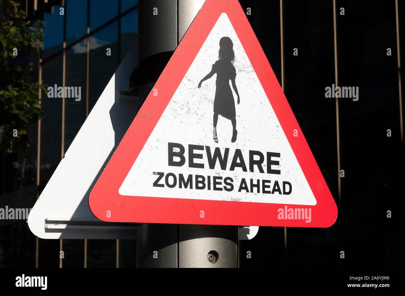 Blechschild Retro Hüten Sie sich vor Zombies