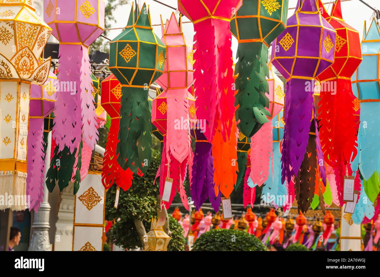 BANGKOK, THAILAND - 22. Dezember 2018: Bunte traditionelle Papier Laterne und hängenden Vorhang Dekoration in Wat Benchamabophit Buddha Tempel, Bangkok. Stockfoto