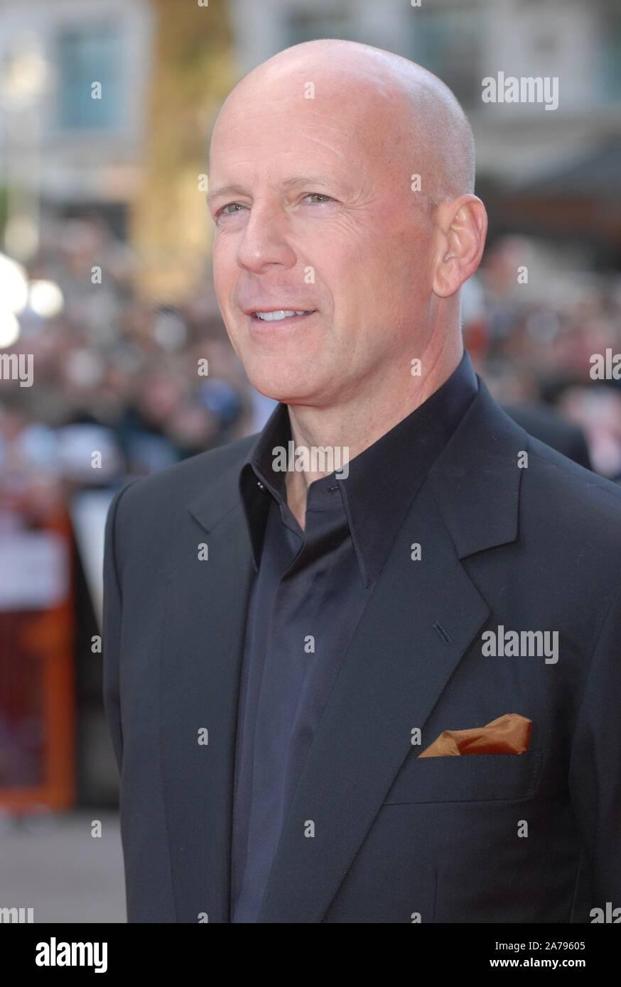 Bruce Willis. UK Premiere von 'Die Hard 4', Empire Leicester Square, London. Großbritannien Stockfoto