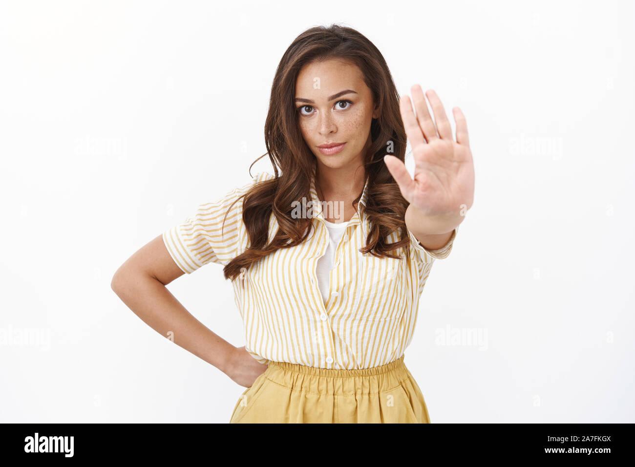 Rechts anhalten. Ernsthafte selbstbewusste junge Frau, versündigt, stretch Hand in Richtung Kamera schaut und Suchen enttäuscht, Nein zu sagen, Stockfoto