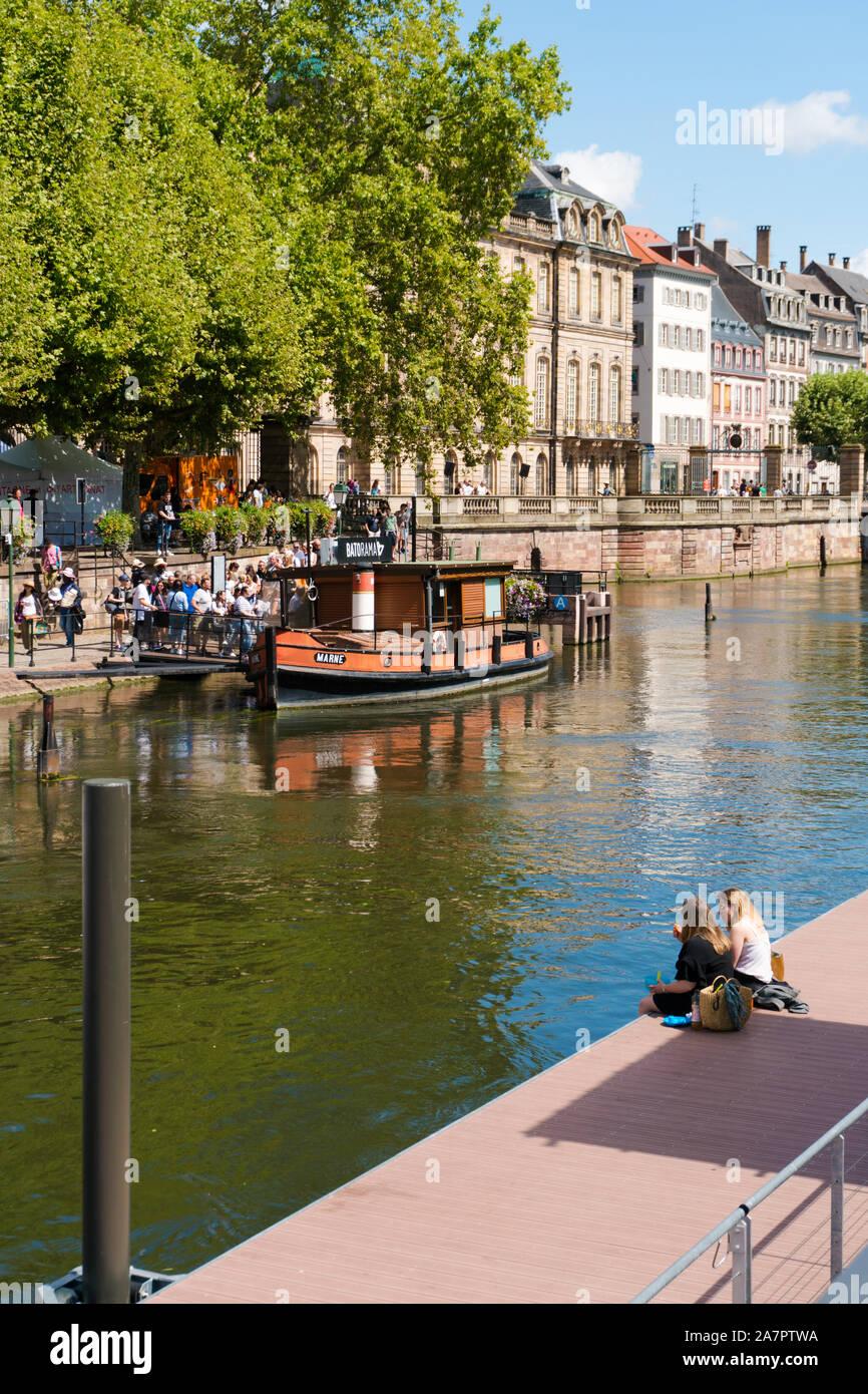 Straßburg, Paris/Frankreich - 10. August 2019: Touristen warten ein Boot für eine Sightseeing Bootsfahrt auf den Kanälen von historischen Straßburg board Stockfoto