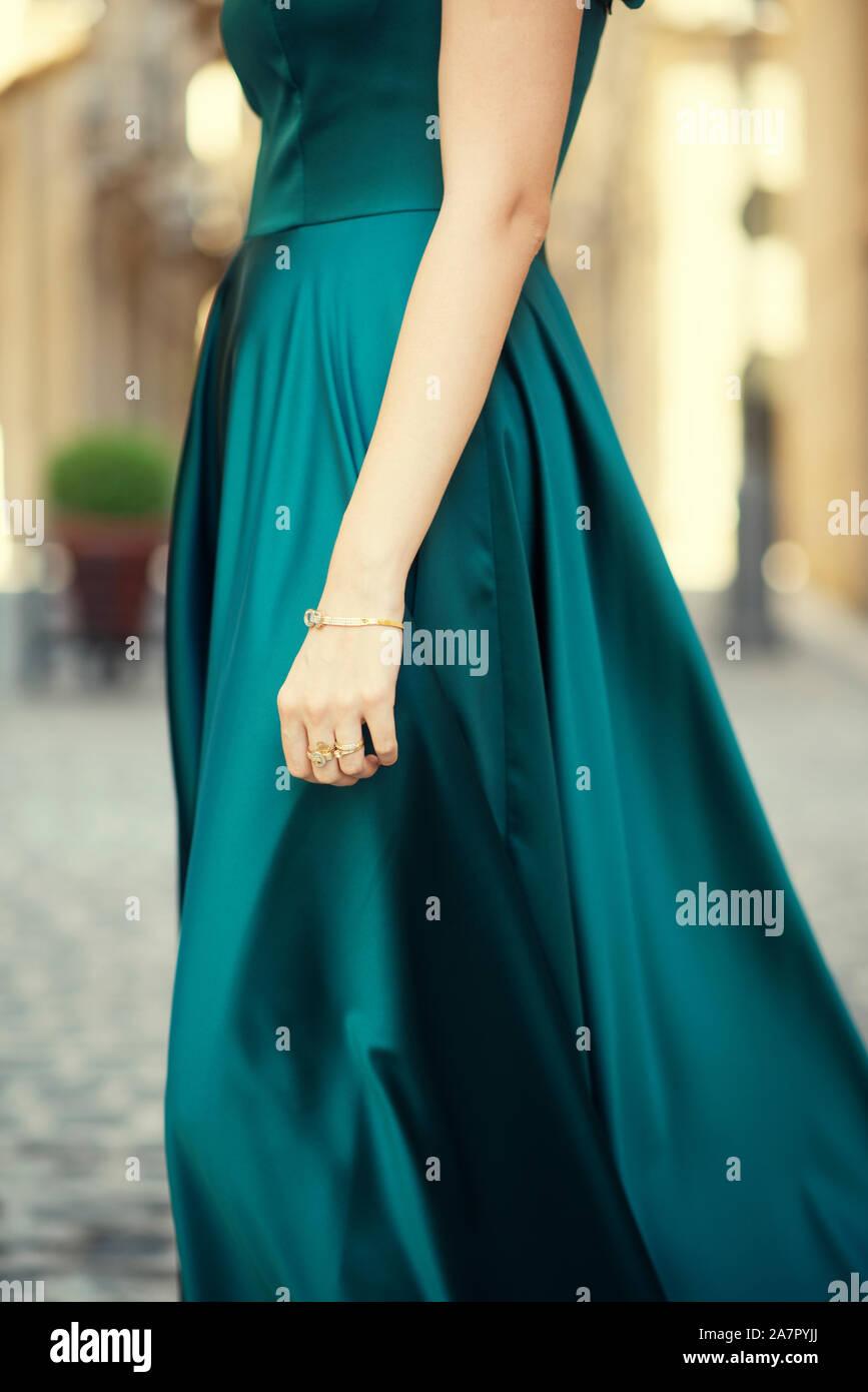 grünes abendkleid stockfotos und -bilder kaufen - alamy