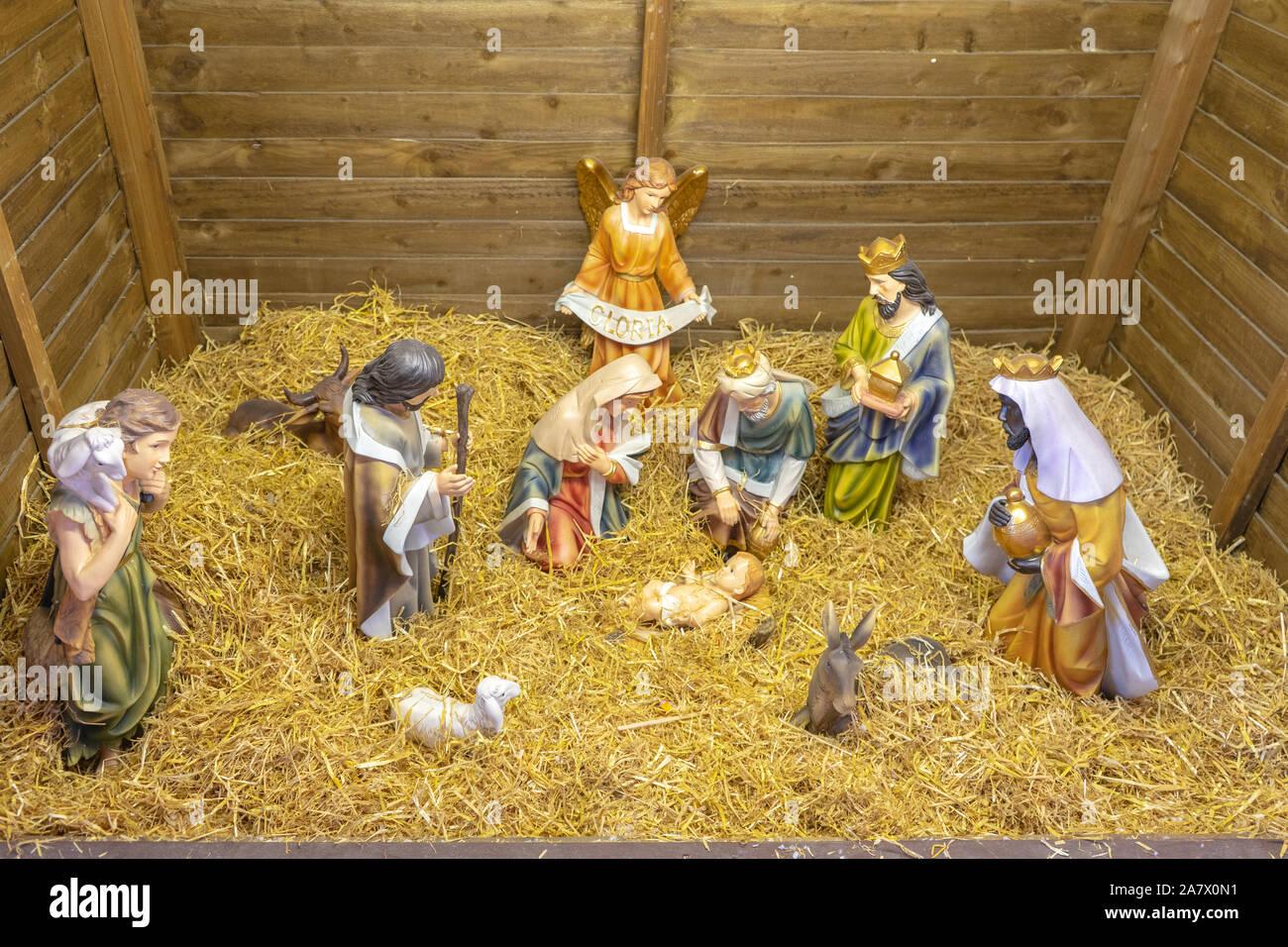 Milton Keynes, Dezember 21,2018. Traditionelle Weihnachten Anzeige von Jesus Geburt aus kleinen Figuren Stockfoto