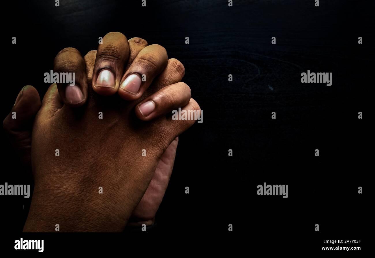 Hand zusammen - immer für Sie da - liebevolle Paare - Arbeiten im Team - Hilfe Stockfoto
