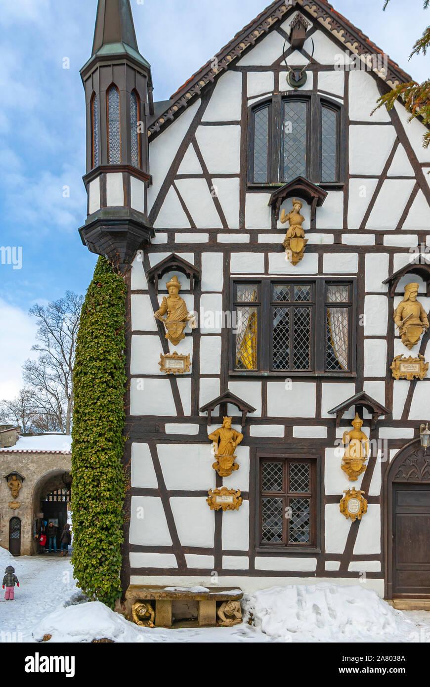 Honau, Baden-Württemberg, Deutschland - 21. Februar 2010: Toilettenhäuschen schöne winterliche Schloss Lichtenstein, Schwäbische Alb, Baden-Württemberg, Deutschland. Stockfoto