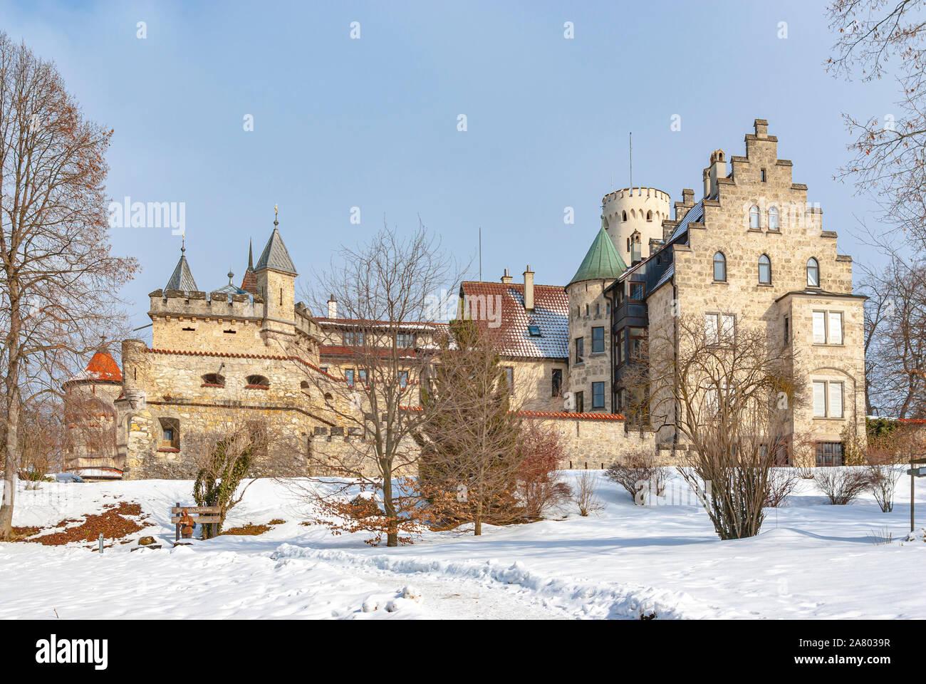 Außenansicht von Süden nach schöne winterliche Schloss Lichtenstein, Schwäbische Alb, Baden-Württemberg, Deutschland. Stockfoto