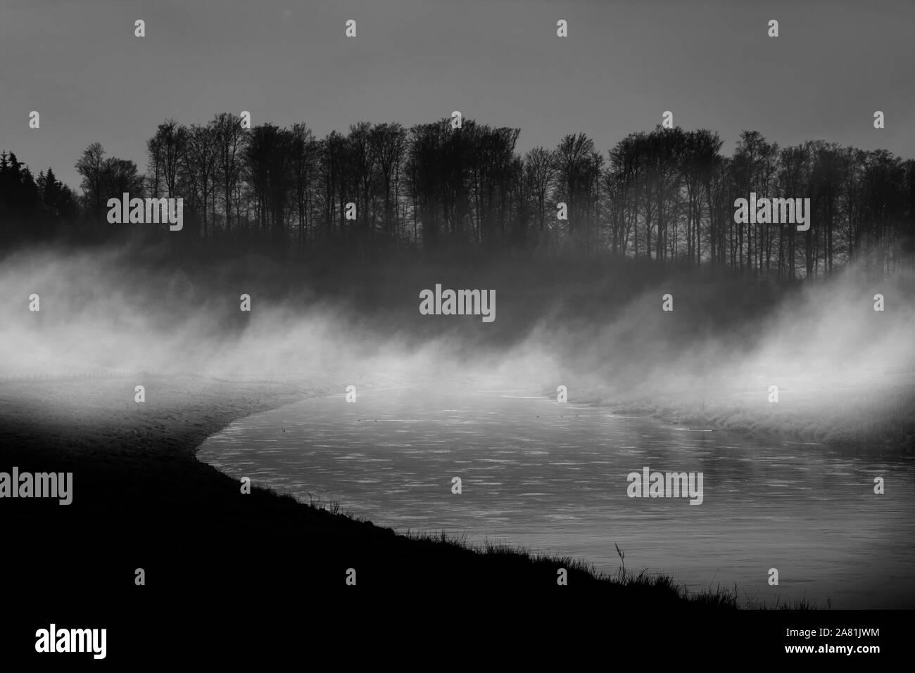Neblige Landschaft, in der Nähe von Oberweser, Weserbergland, Nordrhein-Westfalen, Hessen, Deutschland; Stockfoto