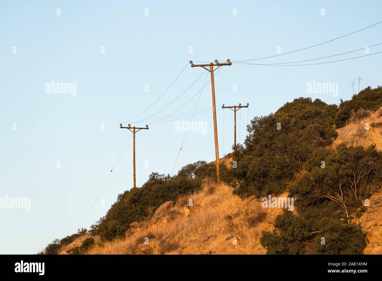 Alte ländliche Stromleitungen über trockenen Pinsel Hang in der Nähe von Los Angeles und Ventura County im südlichen Kalifornien. Stockfoto
