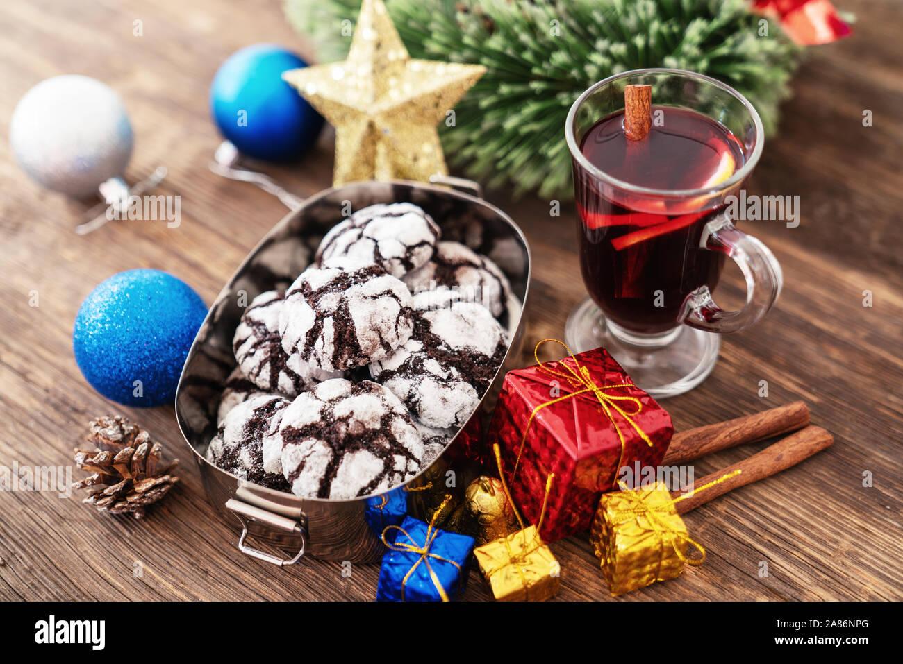 Perparing traditionelle Plätzchen und Glühwein oder Glühwein für das neue Jahr feiern. Stockfoto