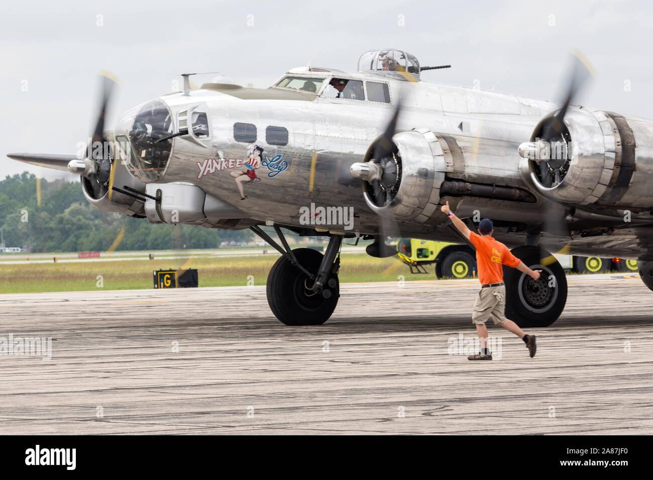 YPSILANTI, Michigan/USA - 25. August 2018: einen Zweiten Weltkrieg B-17 Flying Fortress an der Thunder 2018 über Michigan Airshow. Stockfoto
