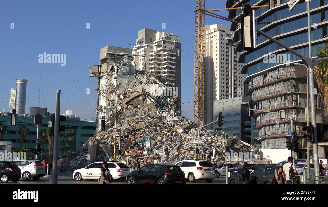 Ein Gebäude an der Kreuzung Hashalom abgerissen und es wird Raum für eine Neue Amot-Gebäude machen, Tel Aviv, Israel Stockfoto
