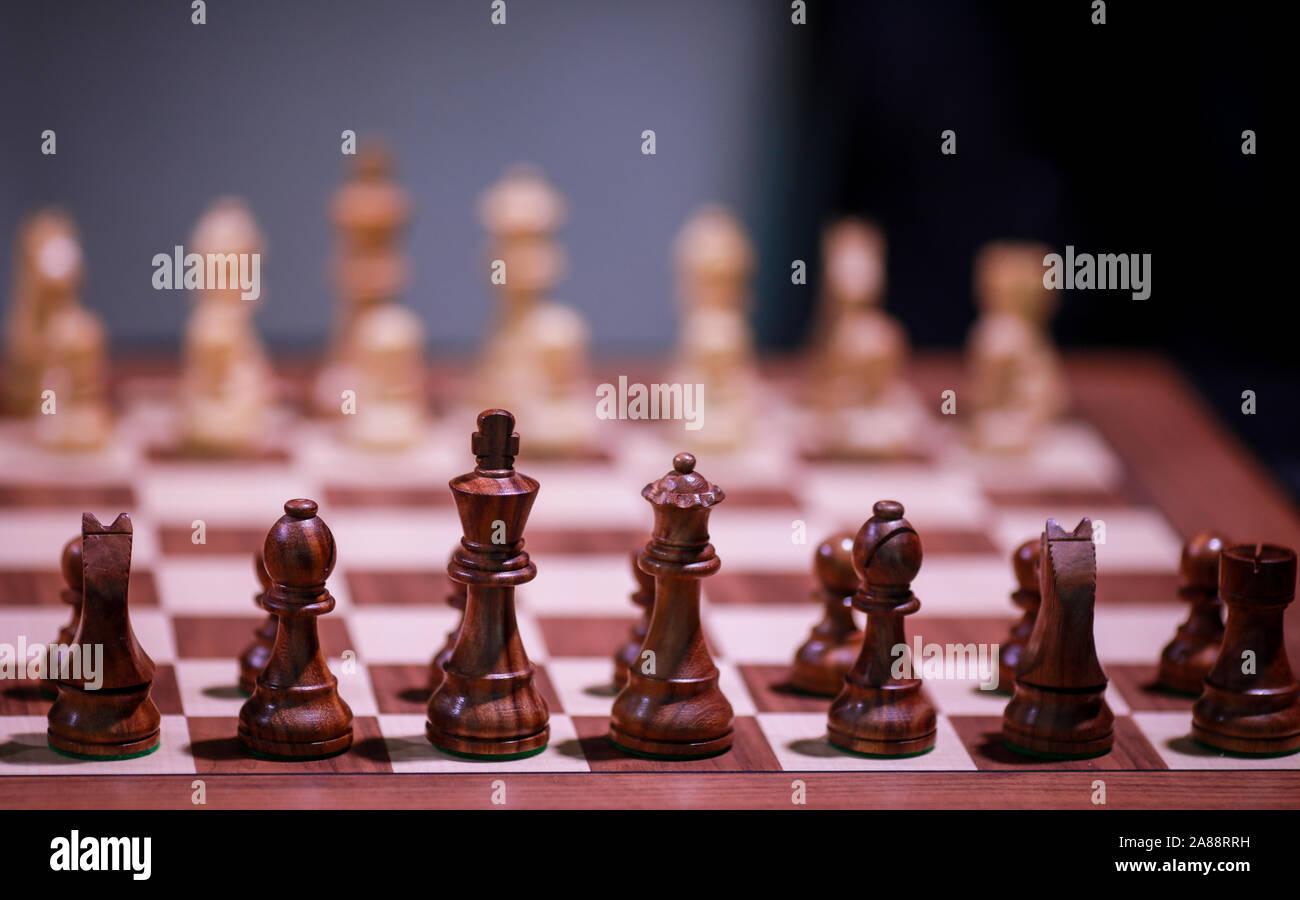 Flache Tiefenschärfe (selektive Fokus) Bild mit Holz- Schachfiguren auf einem holztisch vor einem professionellen Wettbewerb. Stockfoto