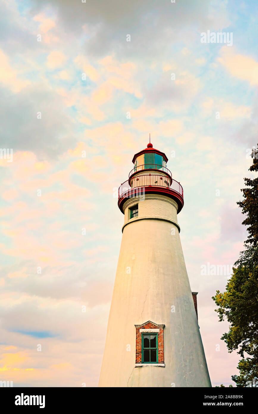 Marblehead Lighthouse State Park am Erie See, Marblehead, Ohio rosa gefärbten Wolken bei Sonnenuntergang im Herbst 2018. Älteste der Großen Seen Light House 1820s Stockfoto