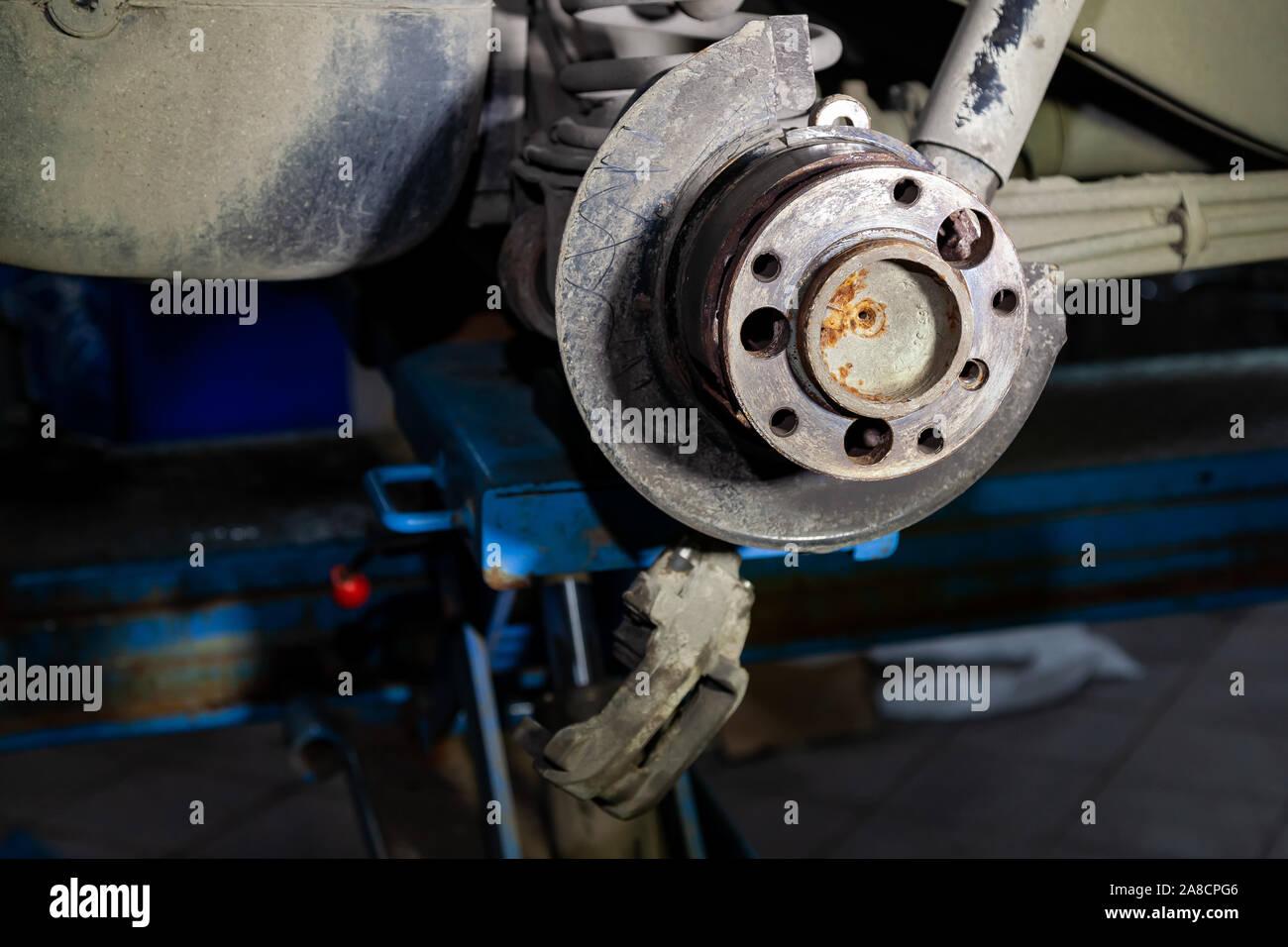 Eine Nahaufnahme der hinteren Bremsanlage eines Autos mit Nabe auf eine Hebebühne in einem Fahrzeug Werkstatt. Auto Service Industrie. Stockfoto