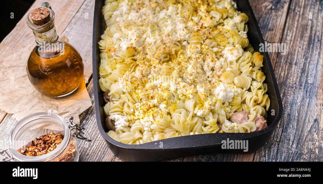 Essen-Fahne. Köstliche hausgemachte Speisen. Auflauf mit Fusilli, Ricotta, Türkei Hackfleisch Kugeln mit Champignons, Karotten, Gewürze und h Stockfoto