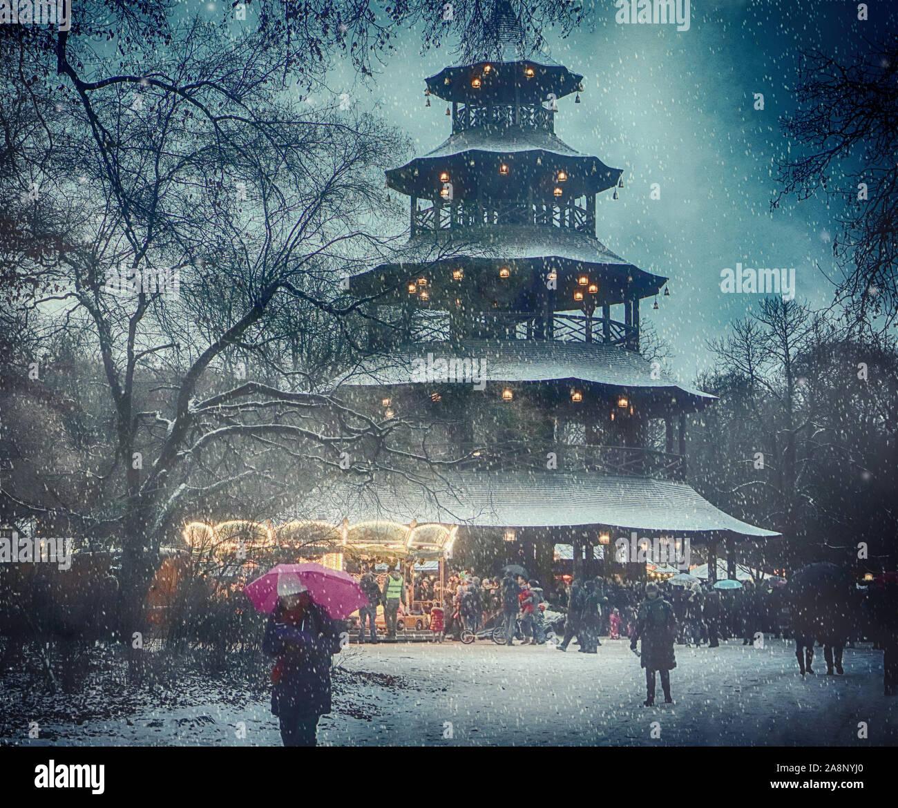 München, Deutschland - Weihnachtsmarkt am Chinesischen Turm im Englischen Garten und Schneefall Stockfoto