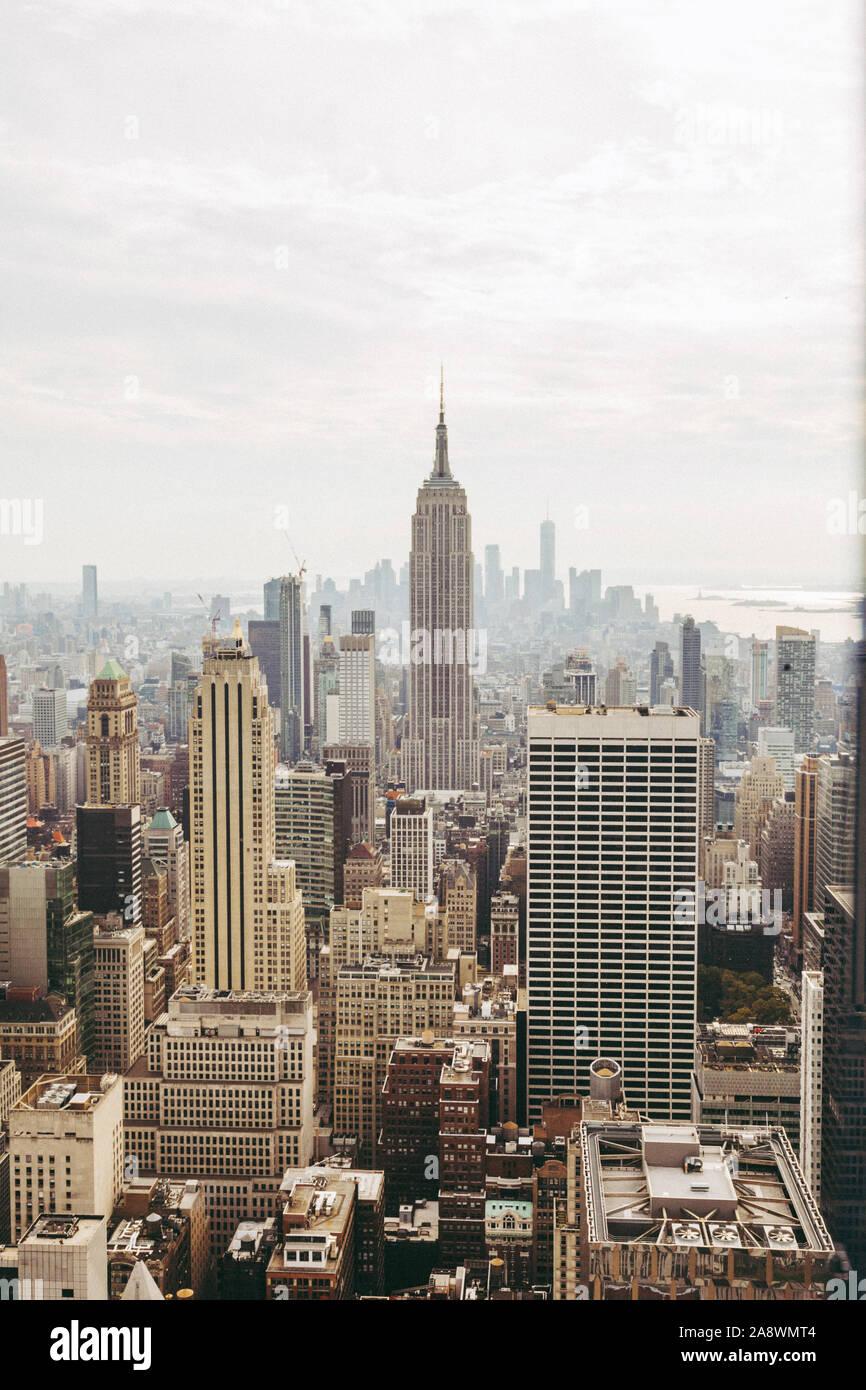 Blick auf New York City und Empire State Building aus dem Rockefeller Center, New York, NY, Vereinigte Staaten von Amerika, USA. Stockfoto