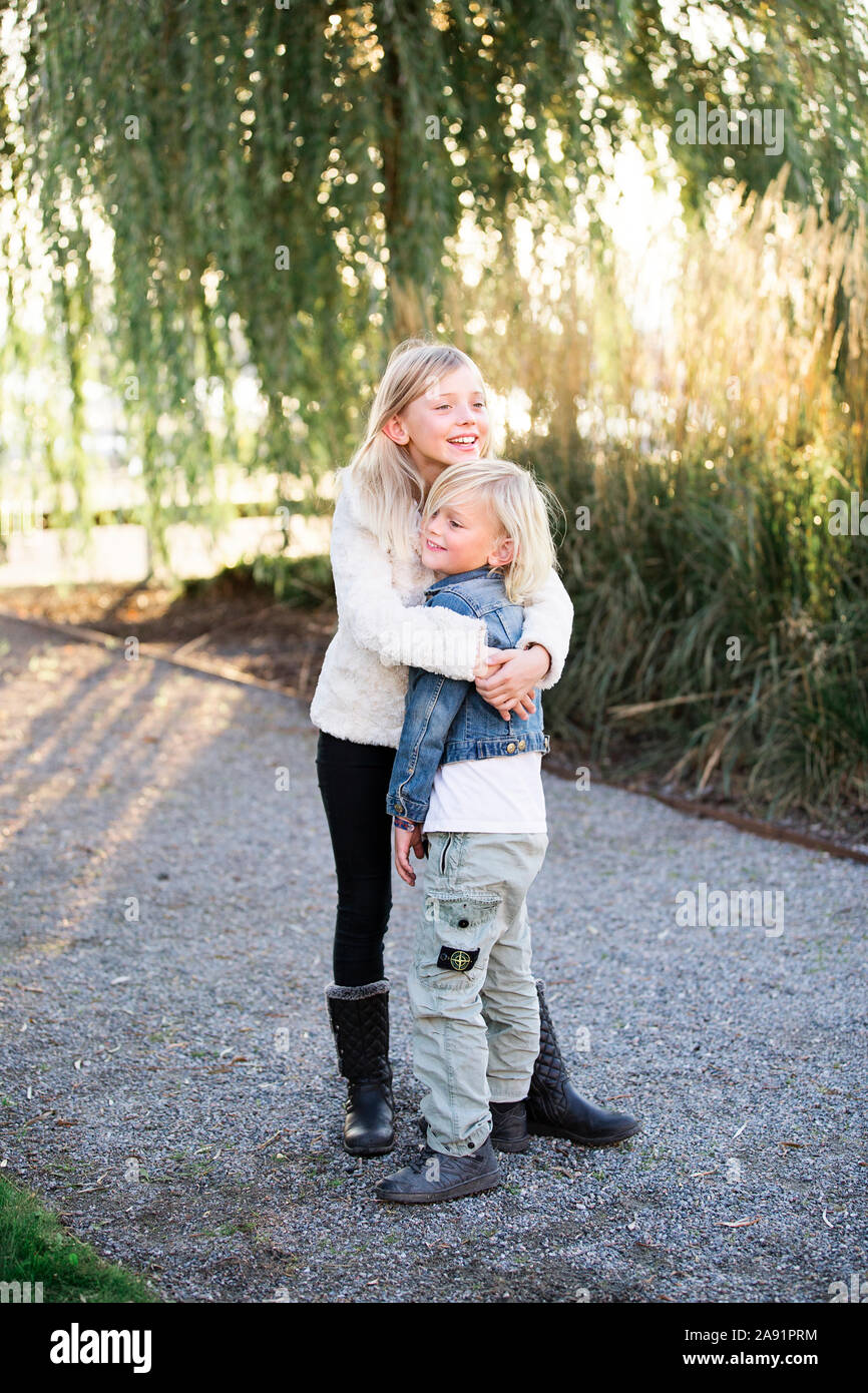 Bruder und Schwester umarmt Stockfoto