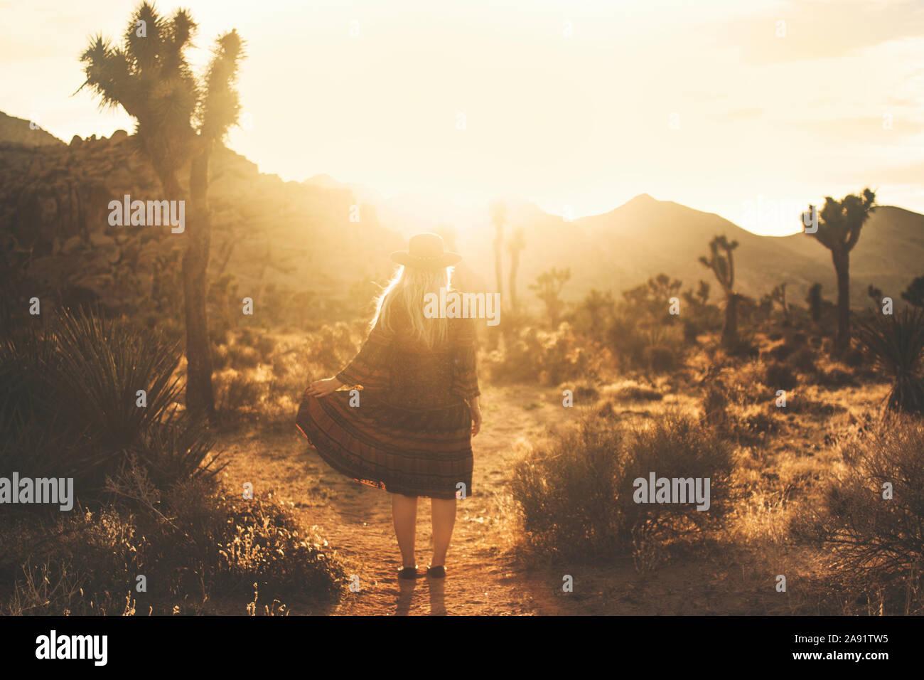 Frau auf Wüste bei Sonnenuntergang Stockfoto