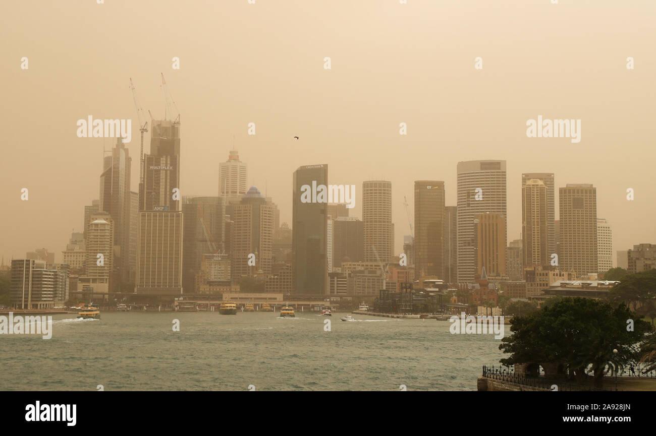 """Sydney, Australien. 12. Nov 2019. Foto aufgenommen am 07.11.12, 2019 zeigt die CBD Sydney Smog, die durch Buschbrände im nördlichen New South Wales in Australien verursacht wurde, behandelt. Die australische Regierung hat bestätigt, dass sie erwägt, eine beispiellose obligatorische Beschriftung der militärischen Reserven buschfeuer an der Ostküste des Landes zu kämpfen. Linda Reynolds, dem Minister für Verteidigung, erklärte das Parlament am Dienstag Nachmittag, dass Sie die """"Verfügbarkeit und Bereitschaft"""" der Army, Navy und Air Force reserve Forces ist Scoping. Quelle: Xinhua/Alamy leben Nachrichten Stockfoto"""