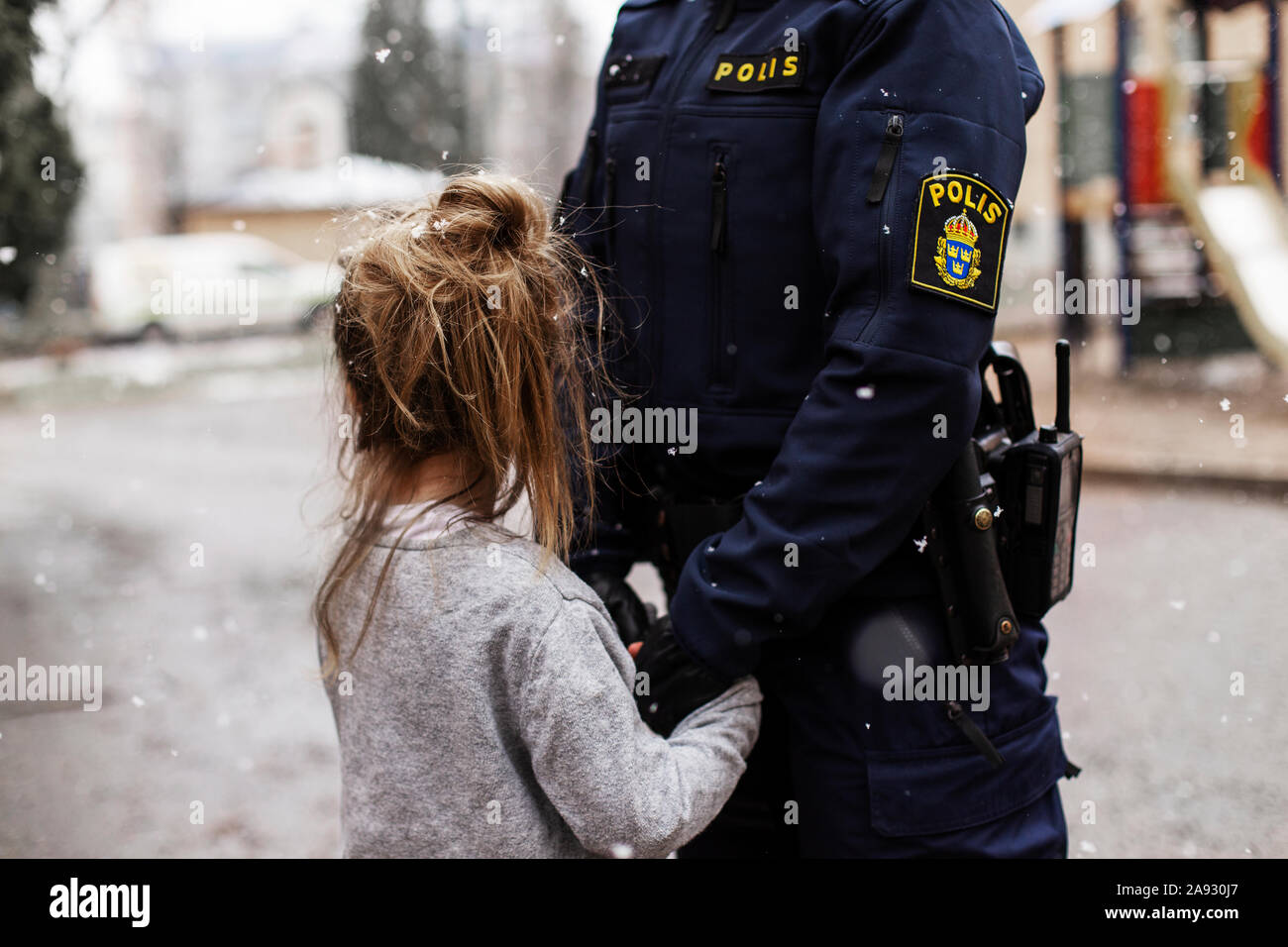 Police Woman hugging Tochter Stockfoto