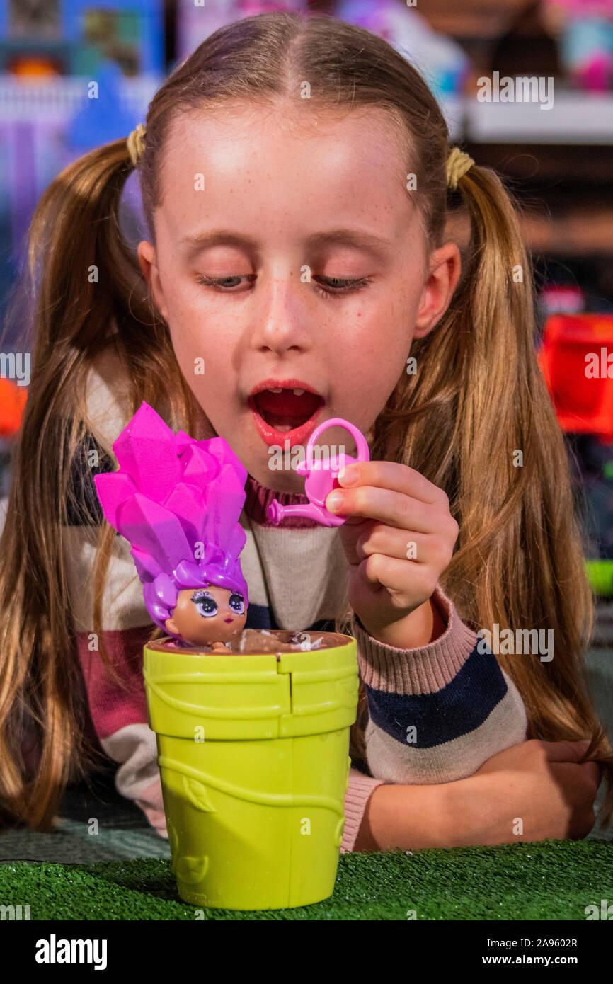 London, Großbritannien. 13 Nov, 2019. Blume Puppen von leuchtrakete mit Gwen, 8 - Der Spielwarenhändler Association enthüllen die 2019 DreamToys Liste. Credit: Guy Bell/Alamy leben Nachrichten Stockfoto
