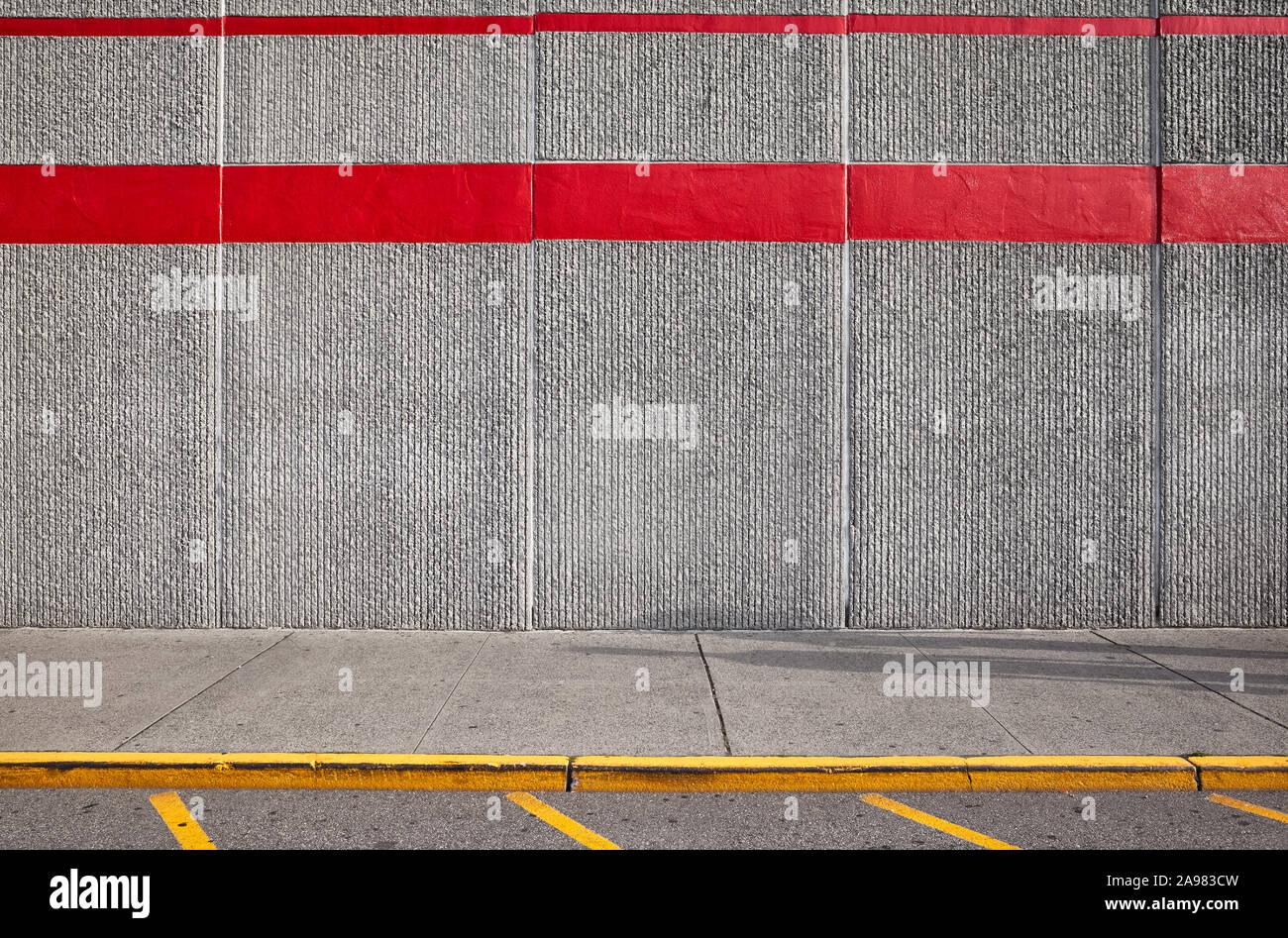 Bürgersteig mit Betonwand, im städtischen Hintergrund. Stockfoto