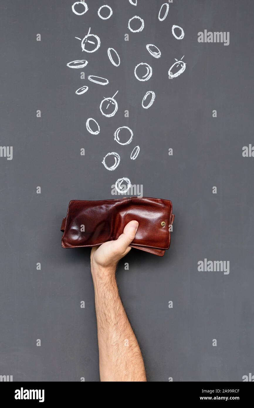 Verdienen Sie Geld mit einem braunen Lederetui in einer Hand vor einer Tafel mit Hand gezeichnet Münzen statt Stockfoto