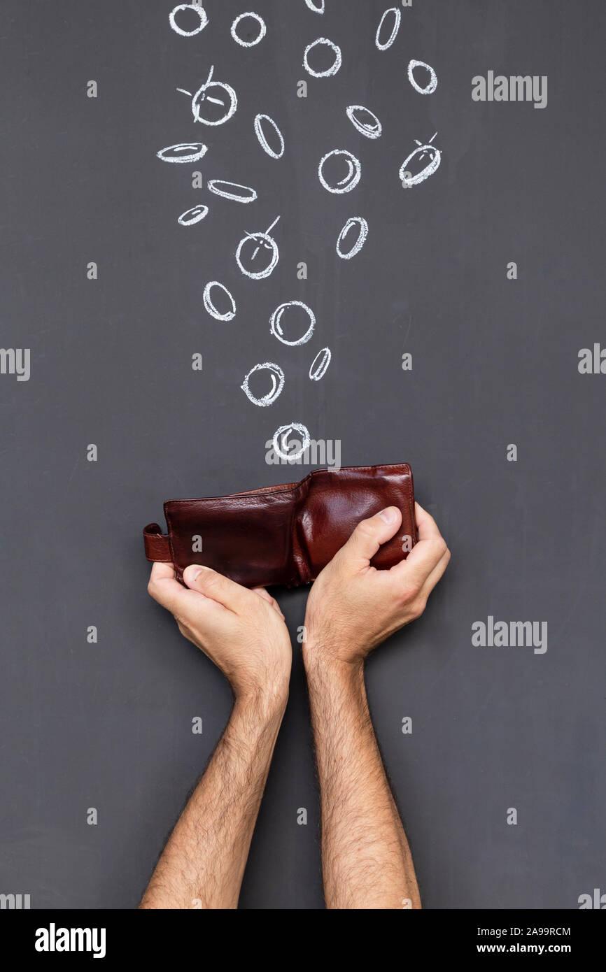 Verdienen Sie Geld mit einem braunen Lederetui in zwei Händen vor einer Tafel mit Hand gezeichnet Münzen statt Stockfoto