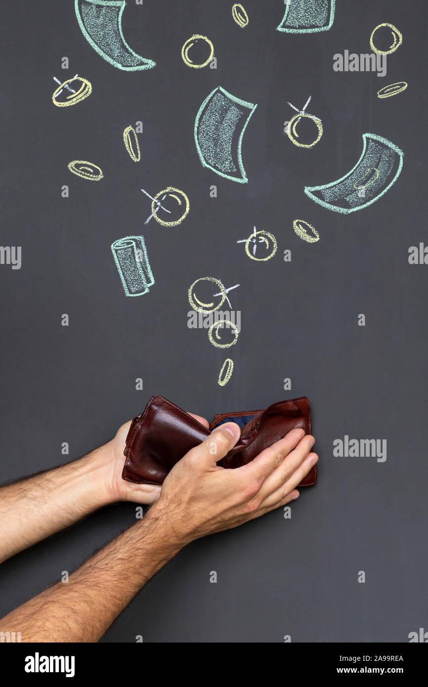 Verdienen Sie Geld mit einem braunen Lederetui in zwei Händen vor einer Tafel mit Hand gezeichnet Münzen und Banknoten gehalten Stockfoto