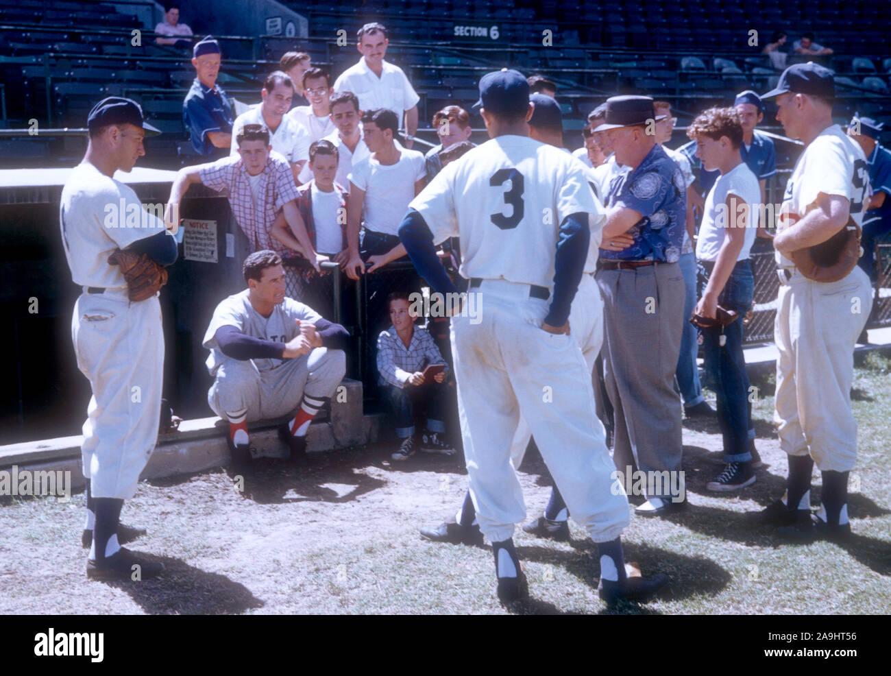 VERO Beach, FL - 18. März: Ted Williams #9 der Boston Red Sox zeigt seine Schwingen zu Fans und Spieler der Brooklyn Schwindler während des Spring Training am 18. März in Vero Beach, Florida 1956. (Foto von Hy Peskin) (Satz Anzahl: X3619) *** Local Caption *** Ted Williams Stockfoto