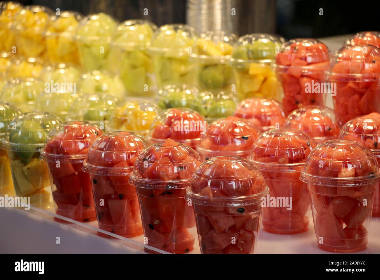 Gehackte Wassermelonen und Honigmelonen in Kunststoff Glas an einer Street Food Markt Stockfoto
