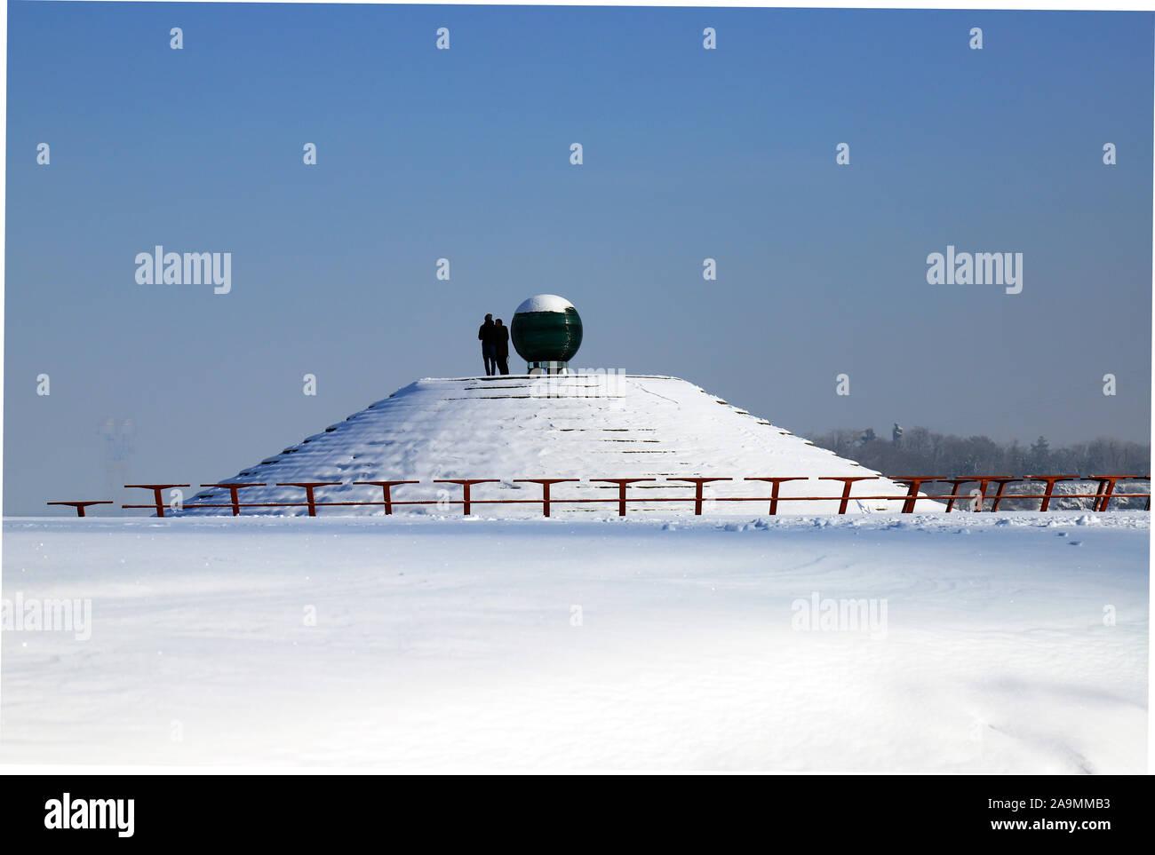 Verschneite Landschaft, Straßen und einer Pyramide im Schnee bedeckt. Stadtbild in der dnipro Stadt, Dnepropetrovsk, Ukraine, Dezember, Januar, Februar Stockfoto