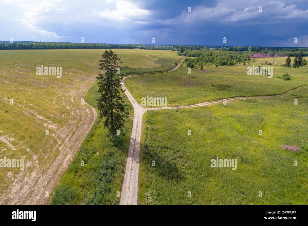 Land straße im Juli Landschaft vor einem Gewitter (Luftaufnahmen). Region Leningrad, Russland Stockfoto