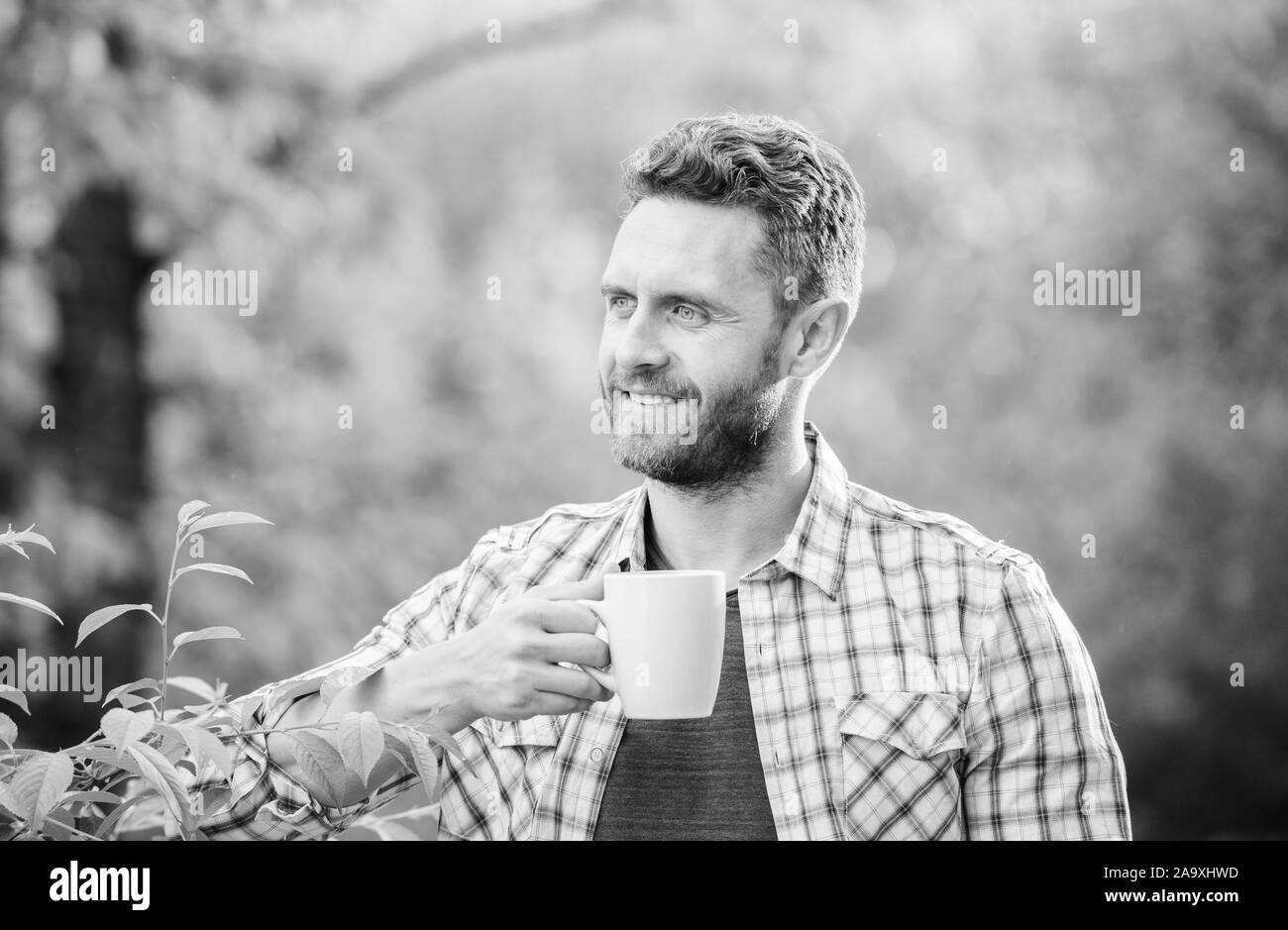 Kaffee am Morgen. gesunde Lebensweise. Natur und gesundheit. trinken Tee outdoor. ökologisches Leben für den Menschen. Mann im grünen Wald. Frühstücksbuffet. glücklicher Mann mit Tasse Tee. Guten Morgen Kaffee. Stockfoto